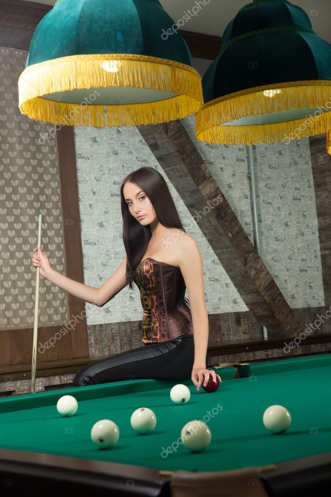 Секси девушка играет в бильярд