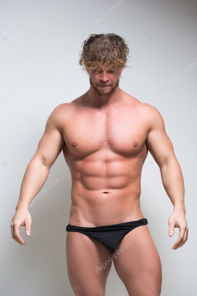 e9740fb1bb Sexy modelo masculino muy musculoso en ropa interior — Foto de Stock