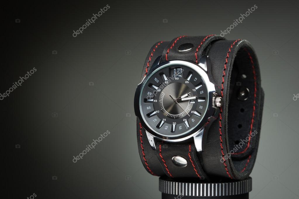 cupón doble Mejor precio última moda Relojes con pulsera de cuero ancha — Fotos de Stock ...