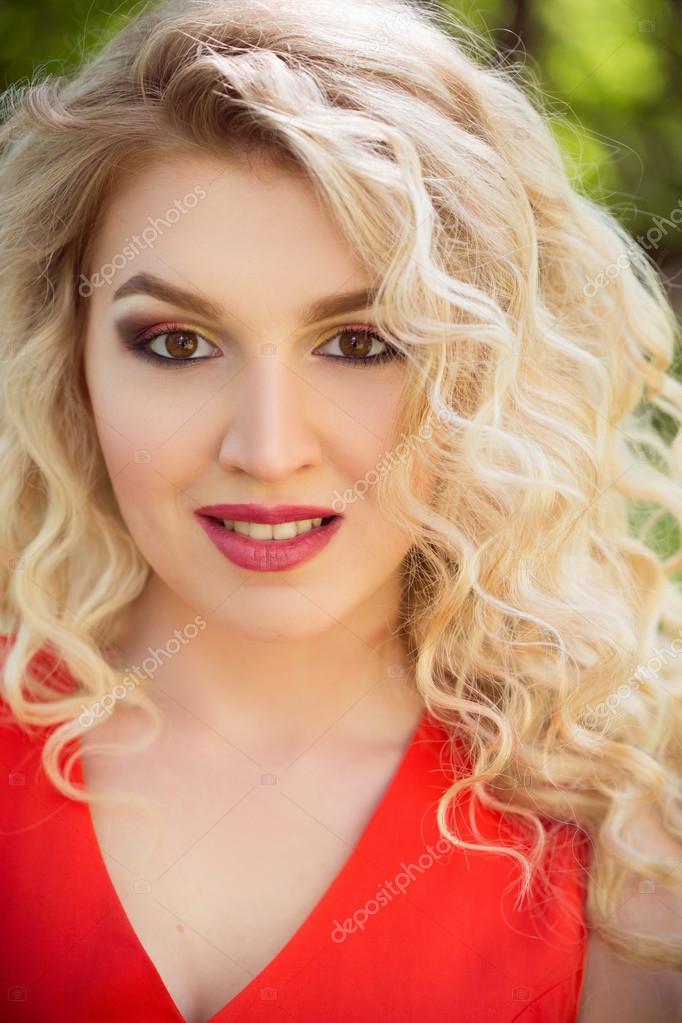 Güzel Kadının Açık Fotoğraf Kıvırcık Saçları Beyaz Stok Foto