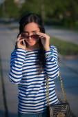 Dívka na telefonu. procházky po ulicích města
