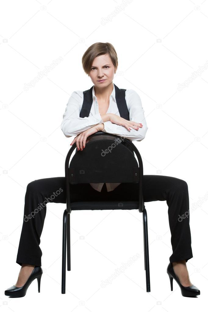Женщина сидит на стуле скрестив ноги видео фото 627-446
