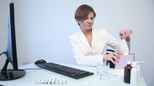 Nemocné ženy s chřipkou smrkání v tkáni