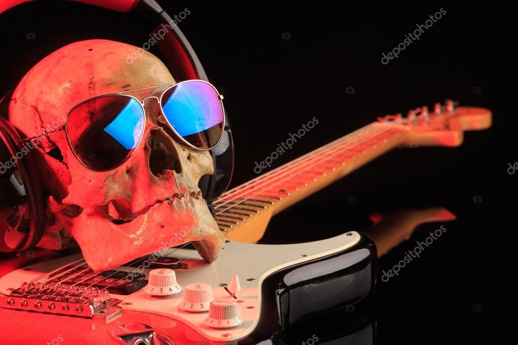 Bodegón con cráneo y guitarra eléctrica — Fotos de Stock © kopitin ...