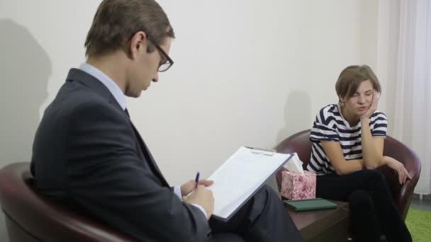 docela male psychiatr pohledu na pacienta během své návštěvy