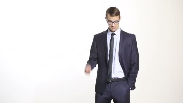řeč těla. muž v podnikání jak izolované bílé pozadí. Školení manažerů. obchodní zástupci. Podívejte se přes brýle. kritický postoj, odsuzování. agresor