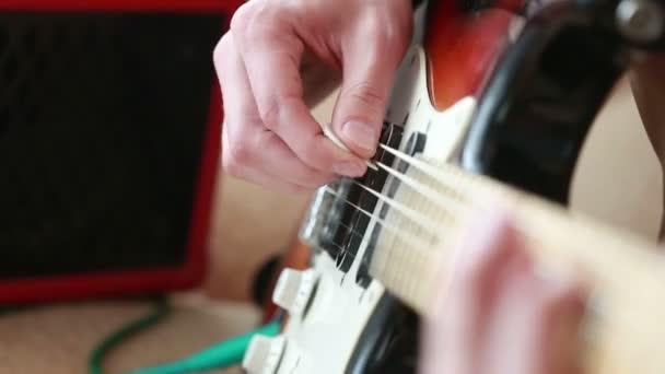 Kezét a férfi játszik elektromos gitár.