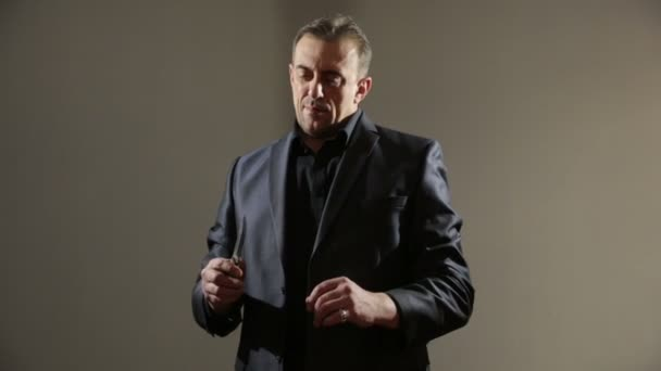 männlichen Gangster in einem Business-Anzug mit einem Messer. seine Wangen rasiert.