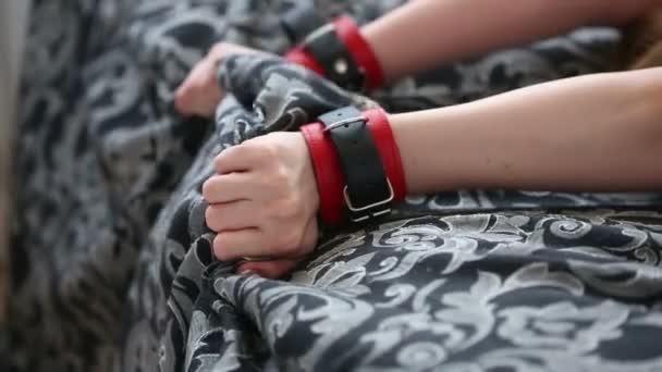 Frauenhänden in Leder Handschellen. Sex-Spielzeug