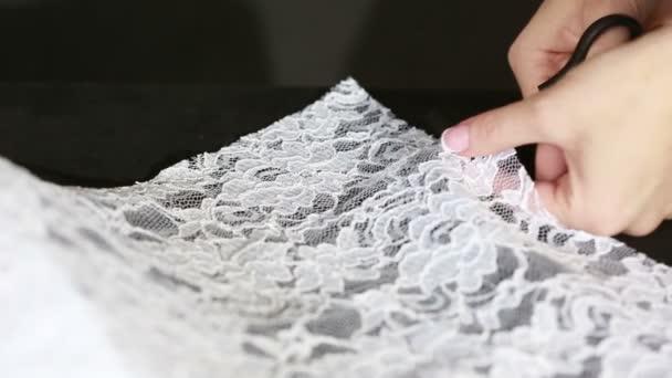 broušené bílé tkaniny s nůžkami švadlena řezání hadřík