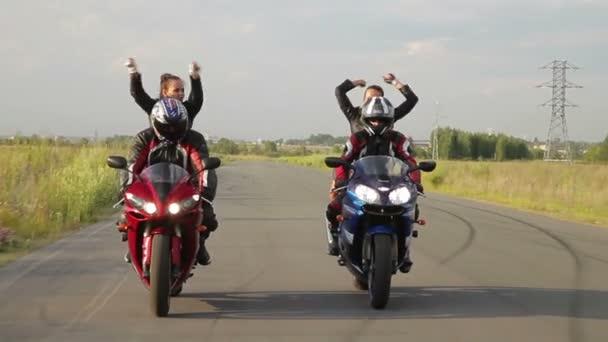 Tancující holka na motorce