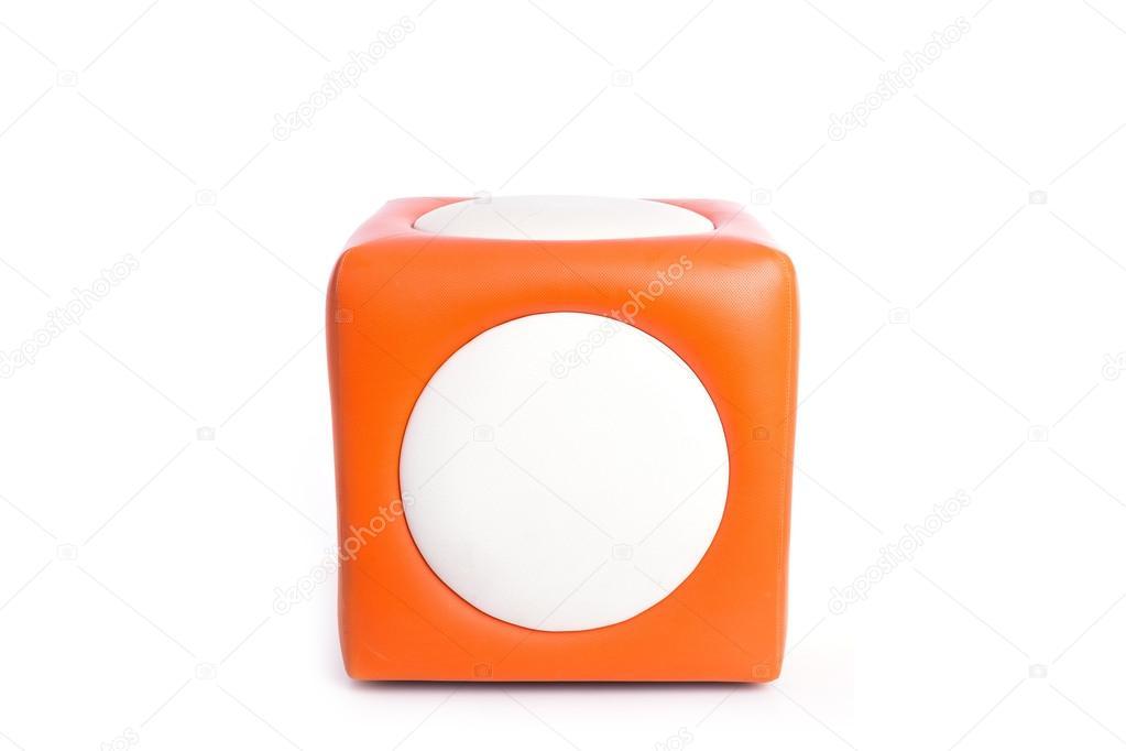 Sedia sgabello quadrato arancione isolato su bianco u foto stock