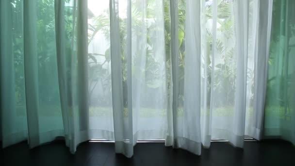 Neben dem Fenster Vorhang