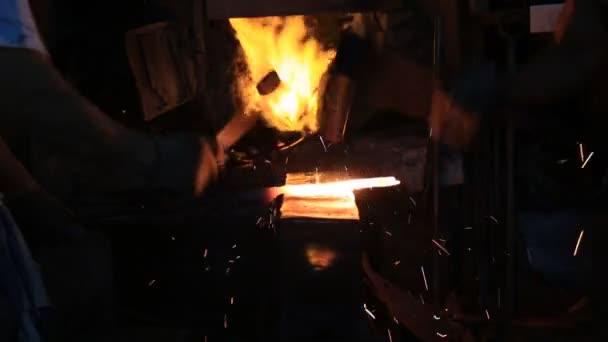 Due dei Thai uomo colpito un coltello in acciaio da antico processo