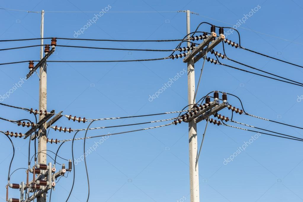 Elektrische Pol verbinden Hochspannung elektrische Drähte am blauen ...