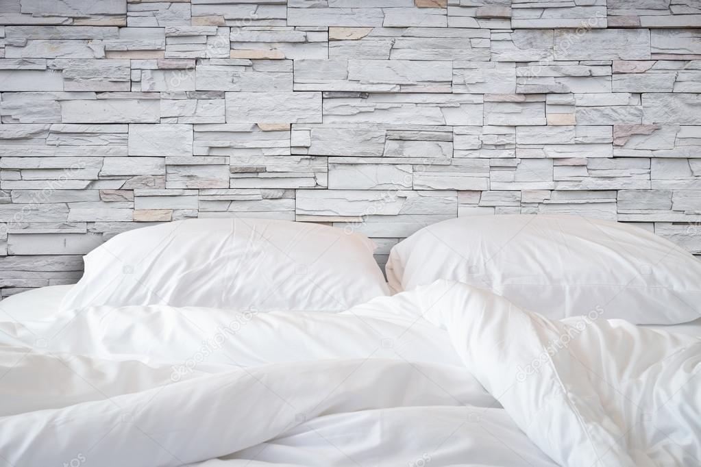 Biancheria da letto lenzuola e cuscino su backg camera parete di ...