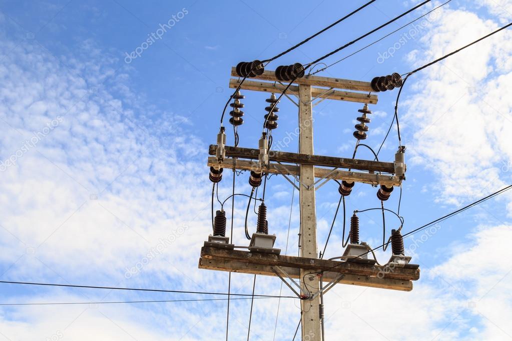 Elektrischen Pol Stromleitungen und Drähte mit blauer Himmel ...