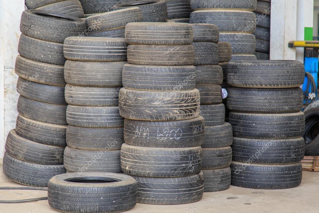 Pila de neum ticos viejos foto de stock phanuwatnandee for Pila pneus