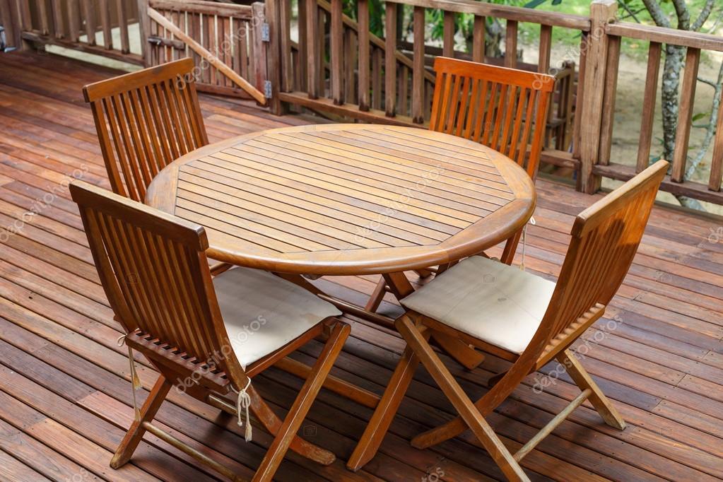Meble Z Drewna Tekowego Stoją Na Tarasie Zdjęcie Stockowe