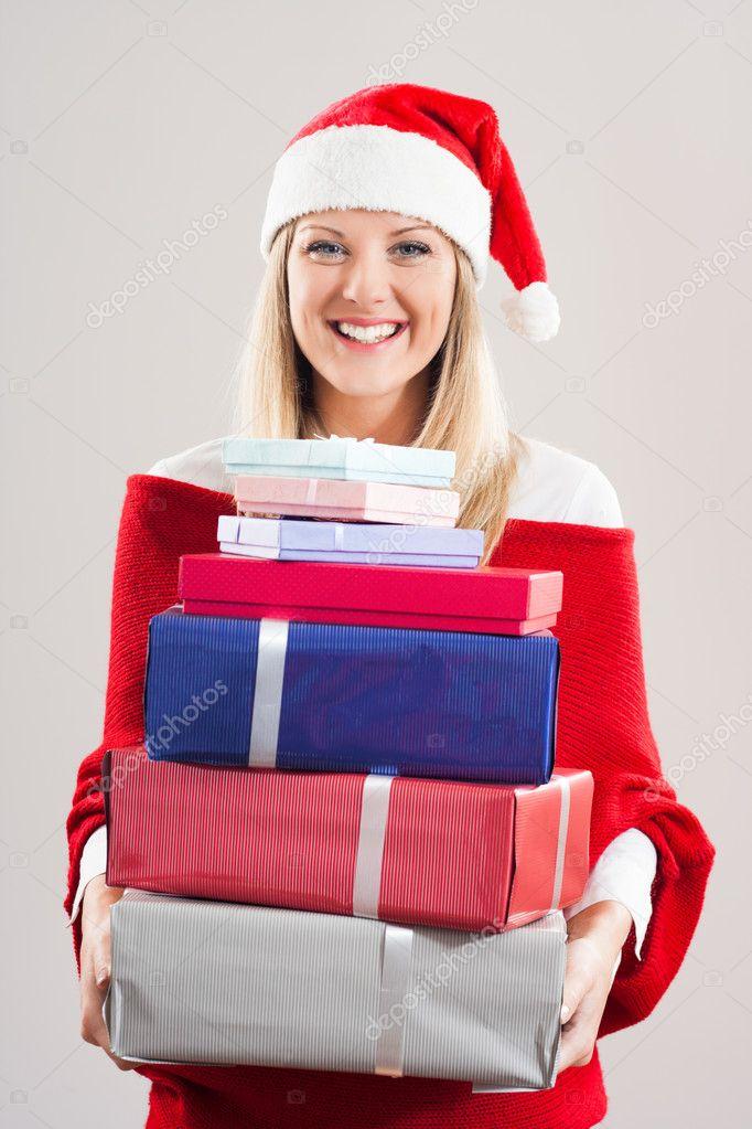 Mädchen in Nikolausmütze mit Weihnachtsgeschenke — Stockfoto ...