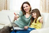 Fotografie Matka a dcera sedí a používání notebooku