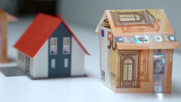 Geld sparen für den Kauf von Immobilien oder die Aufnahme von Hypotheken, Zusammenarbeit mit spezialisierten Agenturen und Maklern, Verhandlung und Unterzeichnung von Immobilienverträgen. Geldanlagen in Eigenheime