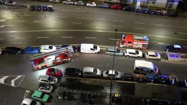 ŘÍM, ITÁLIE - FEBRUARY 7, 2021: Nouzové záchranné práce v noci na ulici Říma, policejní auto, sanitka a hasičské vozidlo přijíždějící pod obytnou budovu pro záchranu lidí v
