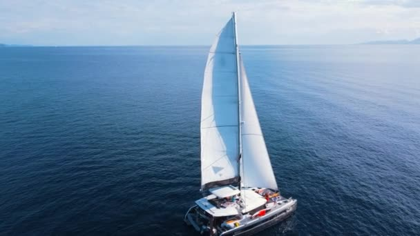 Gyönyörű fehér vitorlás nyílt vízen napsütéses időben, légi kilátás.
