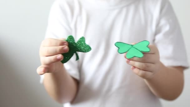 Zelený jetel zblízka v rukou malého chlapce na den svatého Patrika