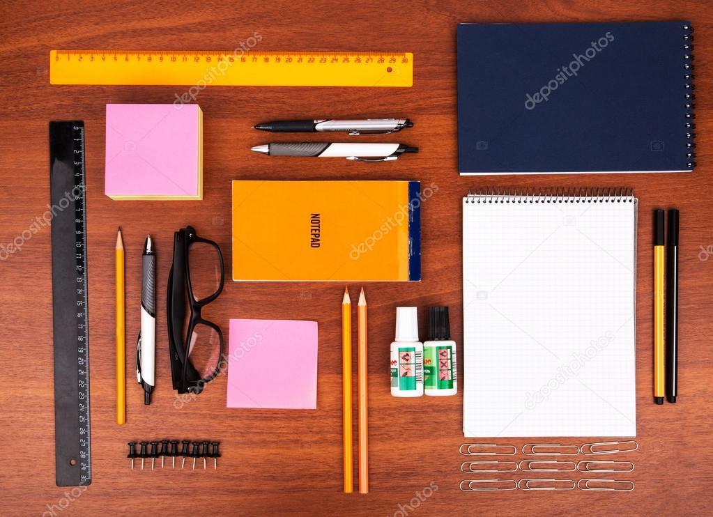 Oggetti Da Ufficio : Scrivania da ufficio con occhiali penna matita righello e altri