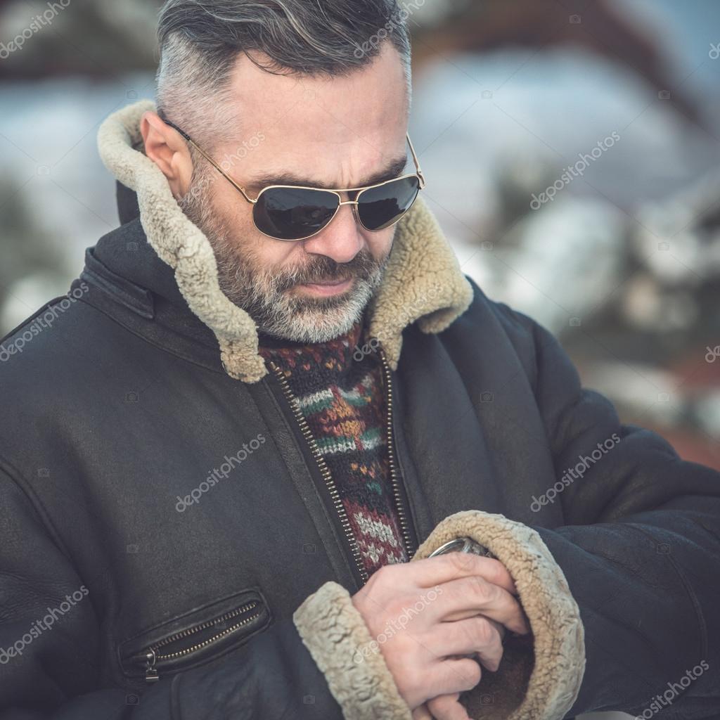 Zarif Olgun Yakışıklı Adam Gözlük Ve Saatler Stok Foto