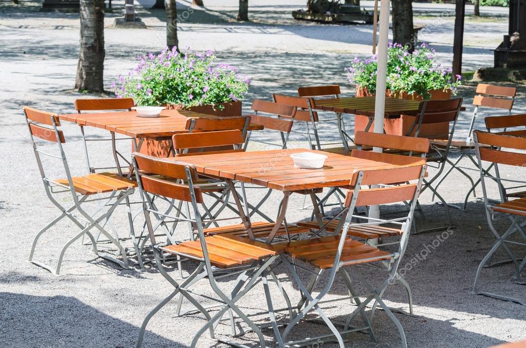 Tavoli E Sedie Per Esterno Ristorante.Tavolo E Sedie All Esterno Di Un Ristorante Giardino Della Birra