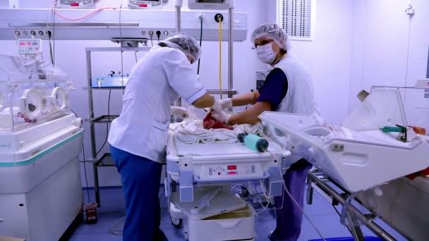 Doktoři zachraňují život malé dítě