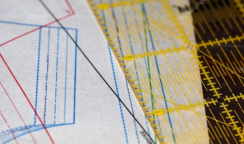 Nähen-Zeichnung, Lineal und Transparentpapier auf den Tisch legen ...