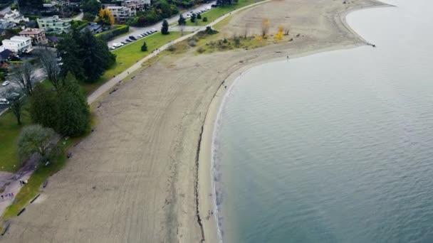 Letecký pohled na prázdnou pláž ve Vancouveru za oblačného dne