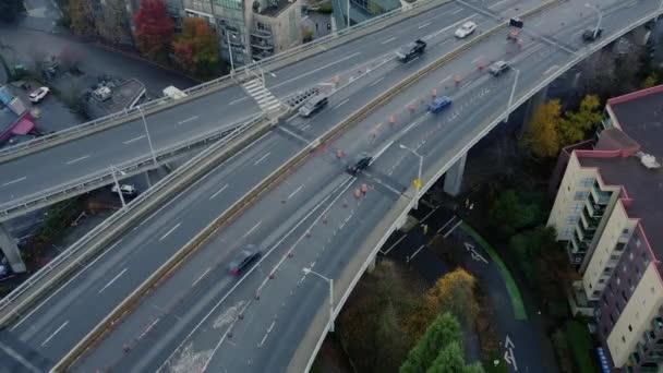 Felülről lefelé néző a forgalom a hídon az építés során