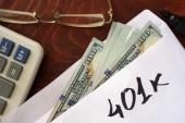 401K napsáno na obálce s dolary.