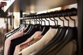 Šaty na ramínka v obchodě