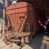Güterzug mit Trichterwagen.