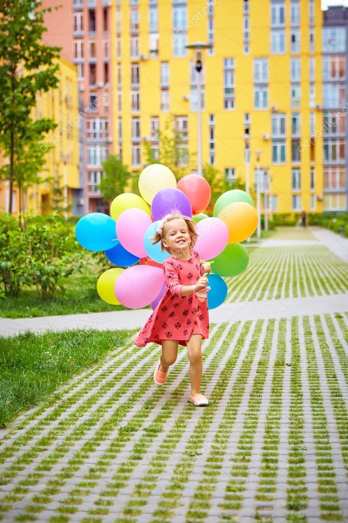 Bambina felice all 39 aperto con palloncini foto stock - Immagine con palloncini ...