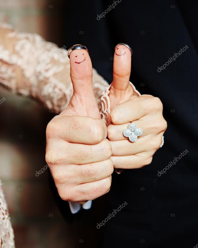 тому картинка с кольцом на пальце мем уже писал плюсах
