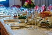 Stůl k večeři zajištěný události