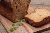 Plátky černého chleba na dřevěné prkno