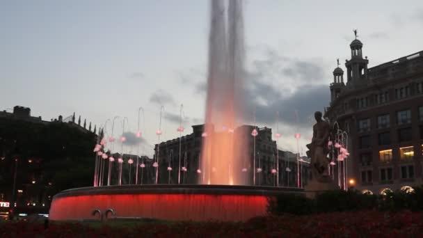 Kašna na náměstí Plaza De Catalunya - noční pohled