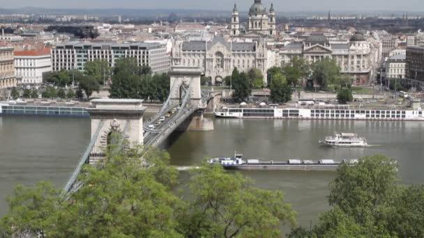 Duna és a Lánchídon Secheni. Budapest, Magyarország