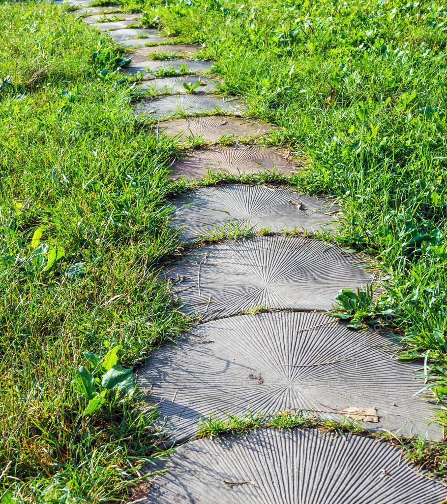 naturstein gehweg im garten — stockfoto © rostovdriver #120161630