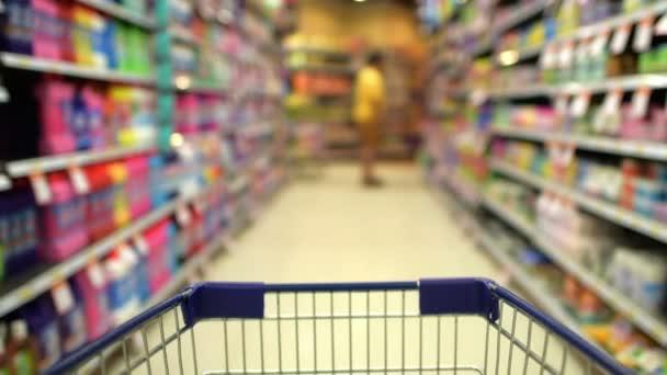 Rozmazaný pohyb Uzenářskou kartu v supermarketu.