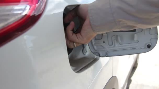 Valaki állítja benzin Tank a mentesítés fúvóka