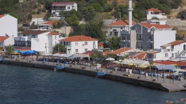 Domy v malém pobřežním městě po moři v Turecku.Město loď přístav přístav přístav dům budova turecký život málo hezké pobřeží klidné klidné klidné klidné pobřeží domácí krajina pohled příroda jednoduchý standard ulice
