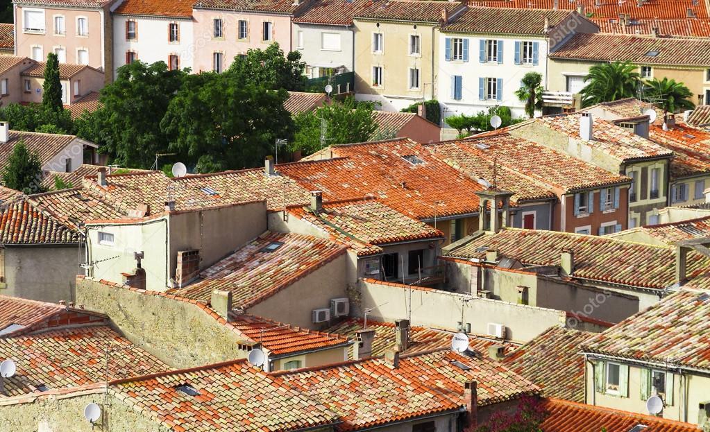 Tegel van de rode daken van een oude stad in europa u stockfoto